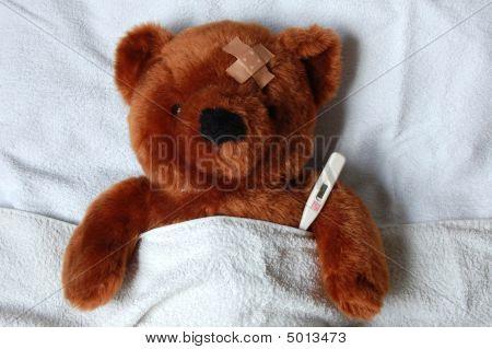 SICK Teddy mit Verletzungen im Bett