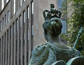 foto of sceptre  - Queen Victoria statue back looking to the street - JPG