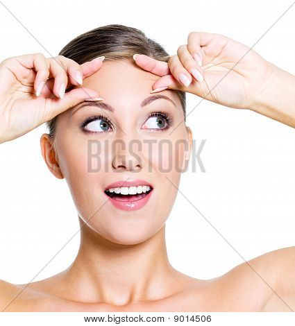 Fröhliche Frau Squeeze Stirn