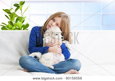 A girl whit dog sitting on the bed