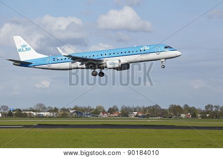 Amsterdam Airport Schiphol - Embraer Erj-190 Of Klm Cityhopper Lands
