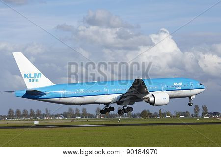 Amsterdam Airport Schiphol - Boeing 777 Of Klm Lands