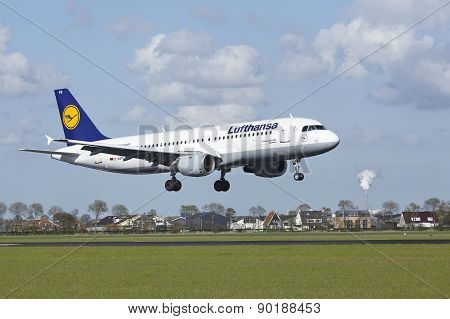 Amsterdam Airport Schiphol - Airbus A320 Of Lufthansa Lands