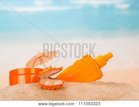 Sunscreen and shell with pearl in the Golden sand
