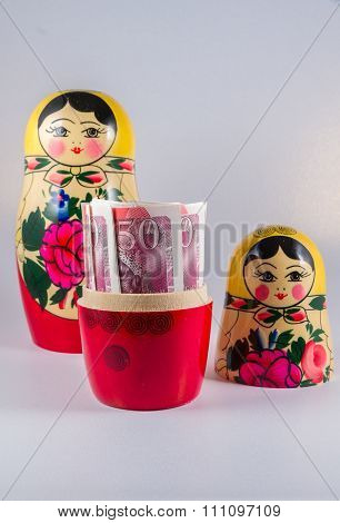 Uk Money In Russia Hands - £50 Pound Sterling Bank Notes In Russian Dolls Matryoshka.