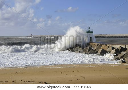 Big wave on a blocks jetty