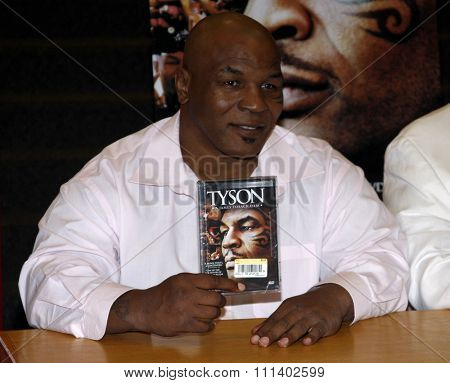 18/08/2009 - Hollywood - Mike Tyson meets fans and signs copies of the Blu-ray and DVD