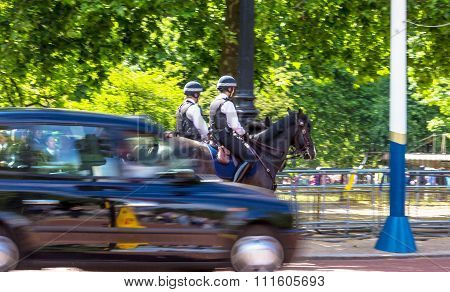 Police Woman On Horseback On  The Mall, Street In Front Of Buckingham Palace In London