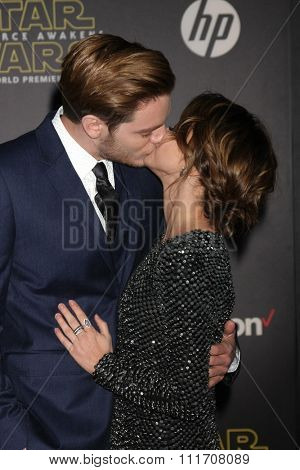 LOS ANGELES - DEC 14:  Dominic Sherwood, Sarah Hyland at the Star Wars: The Force Awakens World Premiere at the Hollywood & Highland on December 14, 2015 in Los Angeles, CA