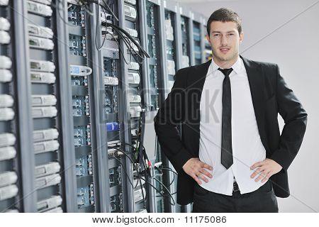 junge Engeneer im Datacenter Server-Raum
