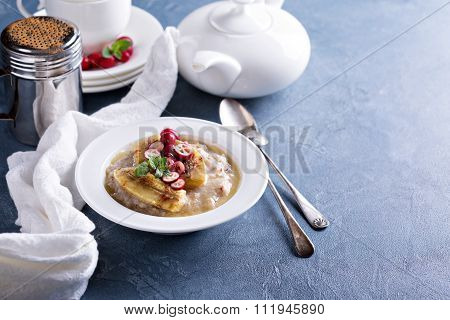 Multigrain porridge with bananas and cranberry