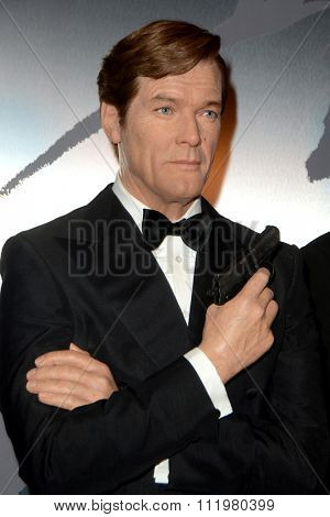 LOS ANGELES - DEC 15:  Roger Moore Wax Figure at the Madame Tussauds Hollywood Reveals All Six James Bonds In Wax at the TCL Chinese Theater on December 15, 2015 in Los Angeles, CA