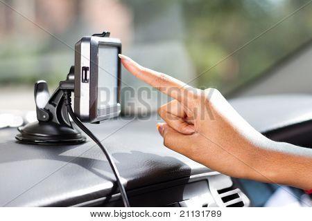 dedo apuntando a coche sistema de navegación GPS