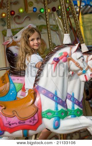 Karussell-Mädchen spielen am Karussell