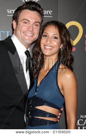 LAS VEGAS - 19 de junho: Daniel Goddard, Christel Khalil chegando no 38º Daytime Emmy Awards no Hi