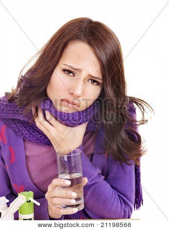 Joven que está teniendo la gripe toma píldoras.