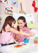Постер, плакат: Маленькая девочка живопись с матерью в домашних условиях