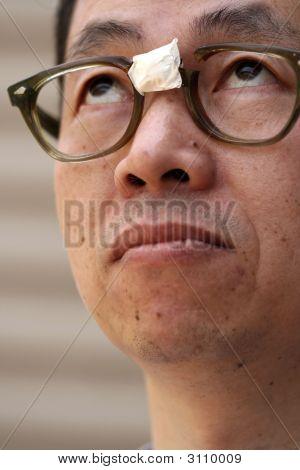 Homem Asiático nos vidros quebrados