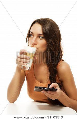 hermosa mujer beber latte macchiato sosteniendo ebook