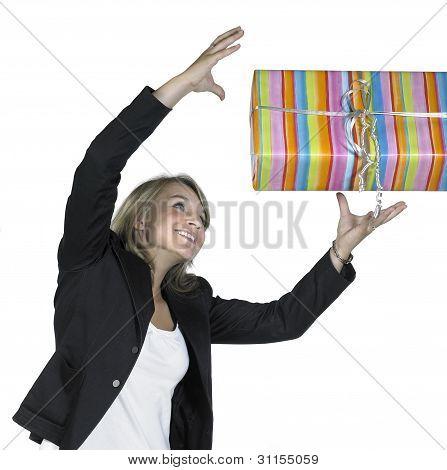 lächelnd mädchen holt ein Geschenk