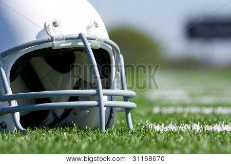 American Football Helmet Close Up no campo com espaço para copiar