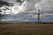 pic of oil derrick  - Upper Midwest Bakken oil field drilling rig - JPG