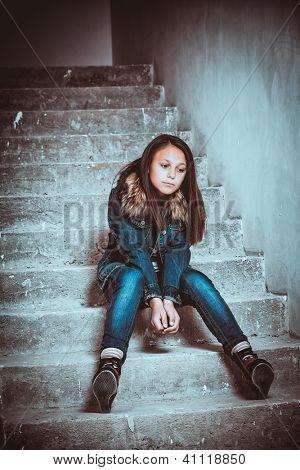 Porträt eine traurige Teenager-Mädchen suchen nachdenklich über Probleme