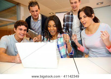 Grupo de estudantes em treinamento de informática com professor