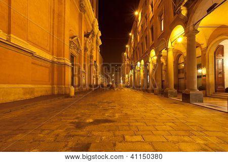 über Altabella in Bologna, Italien in der Nacht