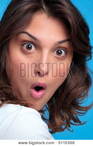 Mujer con una expresión sorprendida