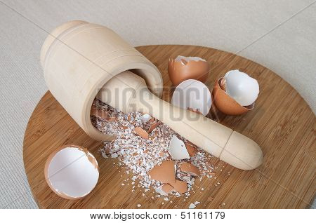 chapping eggs shell into powder of calcium