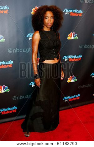NEW YORK-SEP 18:  Singer Heather Headley at the post-show red carpet of