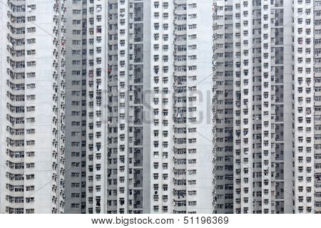 Overpopulated building in city