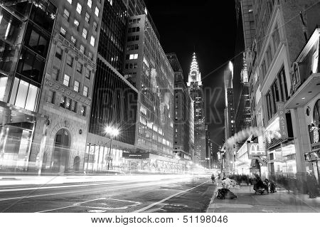 NEW YORK CITY, NY, USA - DEC-30: Chrysler Building nachts mit Street am 30. Dezember 2011, New Yo