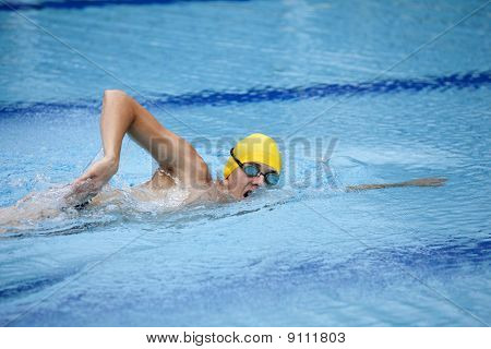 Swimmer in cup breathing during front crawl