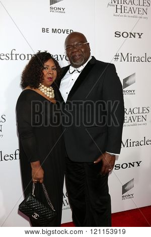 LOS ANGELES - MAR 9:  Serita Jakes, T. D. Jakes at the Miracles From Heaven Premiere at the ArcLight Hollywood Theaters on March 9, 2016 in Los Angeles, CA