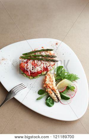 Phalanx crab with salad, lemon and asparagus