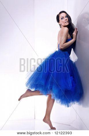 Young female Model trägt schönes blaues Kleid