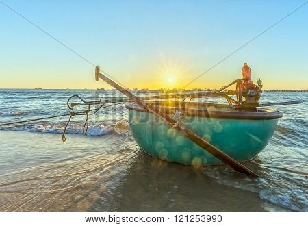 Welcome basket boat sunstar sunset when sun slowly back down frozen horizon basket boat transportation fishermen at sea, beneath ocean waves lapping against shore while watching sunset beautiful here
