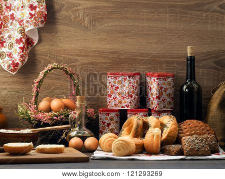 Many mixed bread and rolls on the table