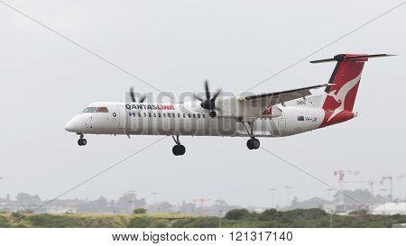 Red-white Dhc-8-402 Qantas Airways