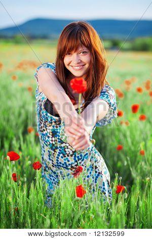 Hermosa adolescente sonriente que flor