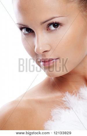 Hermosa mujer con piel limpia sana closeup sobre blanco