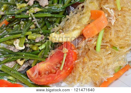 stir-fried glass noodle with tomato baby corn and carrot