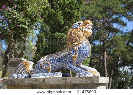 Sculpture dragon guarding the area of the pagoda Lin Sean. Dalat