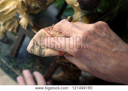 Hand Wipling Dust