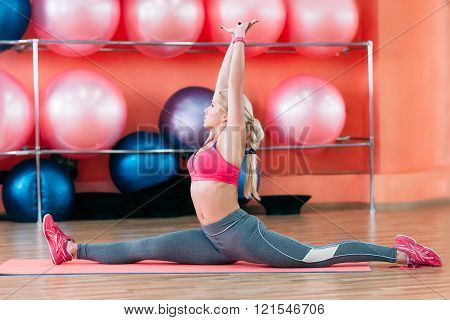 coach in gym showing split