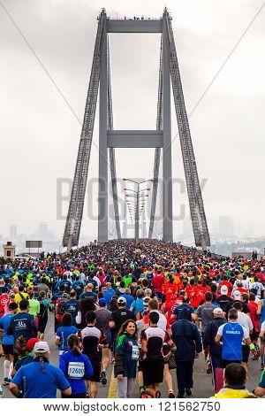16.11.2014: participants run a marathon on the Bosphorus Bridge at the marathon in Istanbul 16.11.2014