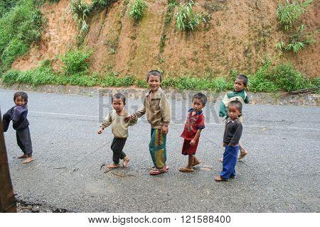 Xieng Khouang , Laos - June 16, 2005 : Laotian Hmong Children In A Village By The Road Near Xieng Kh