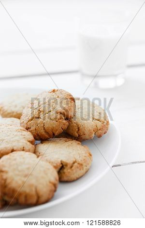 Peanut cookies with milk